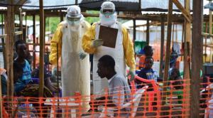 Médicos cubanos sobre el terreno atendiendo a pacientes afriacanos afectados por el Ébola.