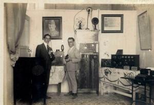 El asturiano Manuel Álvarez (a la derecha de gris), erigido en padre de la radio en Cuba, en la ya mítica 6EV, su primera emisora, que sacó al aire en los albores de 1920 cuando en Cuba y gran parte de Centroamérica no había llegado la radio.