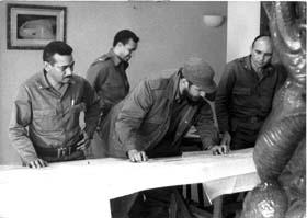 Raúl Menéndez Tomassevich junto a Fidel y al Comandante Juan Almeida Bosque.