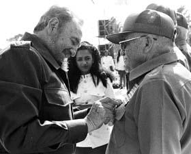Fidel condecorando al General de División Raúl Menéndez Tomassevich.