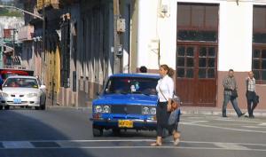 Recuerdo que en los años 70 y 80 se multaba a quienes cruzaban las calles de manera incorrecta. Hoy nadie se preocupa por esta indisciplina que además es una violación de la Ley de Tránsito.