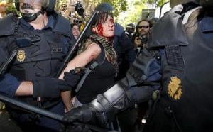 Agentes antidisturbios detienen a una de las participantes en la protesta mineraefe