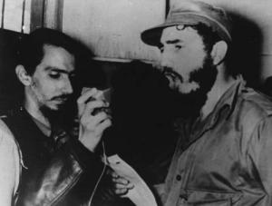 Jorge Enrique Mendoza, sostiene el micrófono de Radio Rebelde,  junto a Fidel en Palma Soriano transmitiendo para toda Cuba.